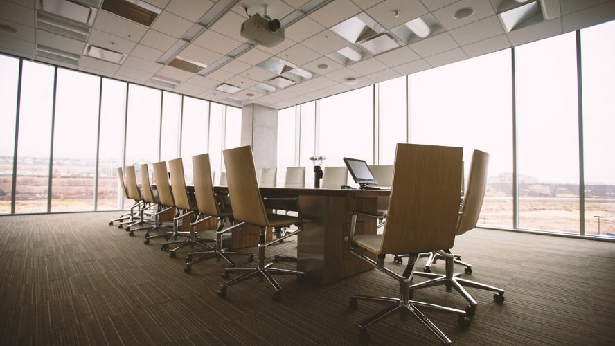 Materiały oraz konstrukcja mebli biurowych zwiększające wygodę użytkowania.