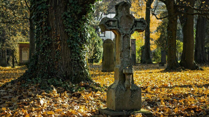 Po pogrzebie – kiedy sprzątnąć kwiaty i postawić pomnik?